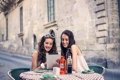 Dos muchachas que eligen qué comer Imagen de archivo libre de regalías