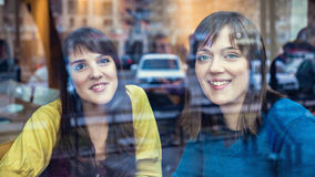 Dos muchachas que hablan en un café Fotografía de archivo libre de regalías