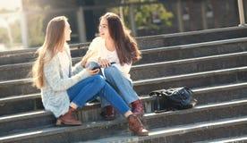 Dos muchachas que hablan junto en la calle Imagenes de archivo
