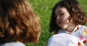 Dos muchachas que hablan, muchacha de B que habla con la muchacha de A al aire libre almacen de video