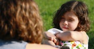 Dos muchachas que hablan, muchacha de B que habla con la muchacha de A al aire libre almacen de metraje de vídeo