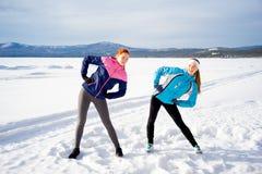 Dos muchachas que hacen ejercicios de los aeróbicos Foto de archivo libre de regalías