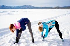 Dos muchachas que hacen ejercicios de los aeróbicos Foto de archivo