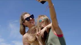 Dos muchachas que hacen el selfie almacen de video