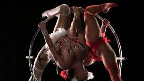 Dos muchachas que hacen girar en un aro en etapa Fondo negro Cámara lenta Cierre para arriba almacen de video