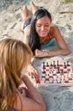 Dos muchachas que juegan a ajedrez Fotografía de archivo libre de regalías