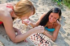 Dos muchachas que juegan a ajedrez Imagen de archivo libre de regalías