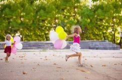 Dos muchachas que juegan en el parque Fotografía de archivo