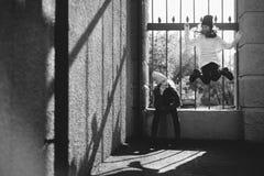 Dos muchachas que juegan en la calle junto Imagen de archivo libre de regalías