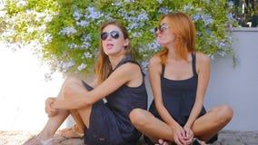 Dos muchachas que mastican el chicle y que se divierten metrajes