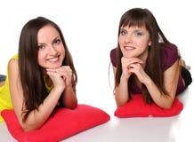 Dos muchachas que mienten en el suelo Imagenes de archivo