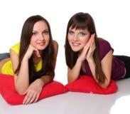 Dos muchachas que mienten en el suelo Fotos de archivo libres de regalías