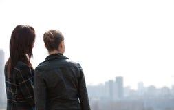 Dos muchachas que miran a un panorama de la ciudad Foto de archivo