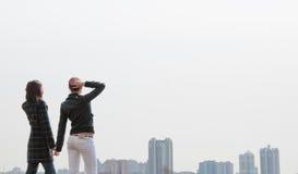 Dos muchachas que miran a un panorama de la ciudad Fotos de archivo libres de regalías