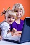Dos muchachas que practican surf Internet Fotografía de archivo