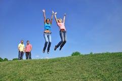 Dos muchachas que saltan con sus manos para arriba Fotos de archivo libres de regalías