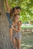Dos muchachas que se abrazan en bosque Fotografía de archivo