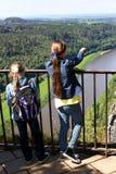 Dos muchachas que se colocan en el puente Imagen de archivo