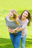 Dos muchachas que se divierten Fotos de archivo