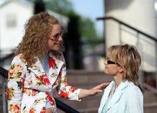 Dos muchachas que se encuentran y que hablan imagenes de archivo