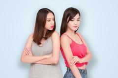 Dos muchachas que se miran enojado Fotografía de archivo