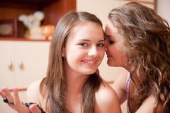 Dos muchachas que se rumorean Imagenes de archivo