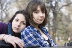Dos muchachas que se sientan en café de la calle Fotografía de archivo