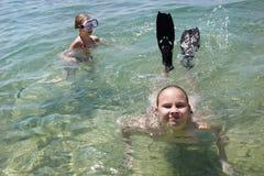 Dos muchachas que se zambullen en el mar Foto de archivo