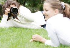 Dos muchachas que toman cuadros Imagen de archivo