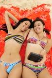 Dos muchachas que toman a un uno mismo-portait en la playa Fotos de archivo