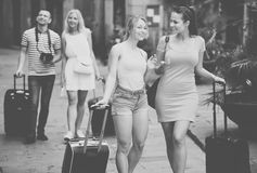 Dos muchachas que viajan sonrientes que caminan en ciudad Foto de archivo libre de regalías