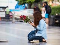 Dos muchachas, ruegan antes de un templo budista en Bangkok, Tailandia Imagenes de archivo