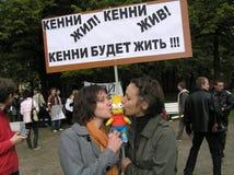 Dos muchachas rusas en una protesta con Simpson Foto de archivo