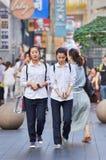 Dos muchachas se vistieron en la ropa de la escuela, Shangai, China Imagenes de archivo