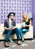 Dos muchachas dispersan las rublos rusas Imagen de archivo libre de regalías