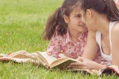 Dos muchachas sonrientes al aire libre mirando uno a Foto de archivo