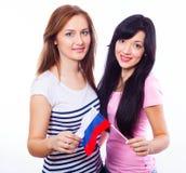 Dos muchachas sonrientes con la bandera rusa. Fotografía de archivo libre de regalías