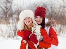 Dos muchachas sonrientes en invierno Imagenes de archivo