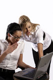Dos muchachas sorprendidas dadas una sacudida eléctrica Foto de archivo libre de regalías