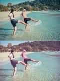 Dos muchachas tailandesas asiáticas están golpeando el mar con el pie a lo largo de la costa o de la playa Imagenes de archivo