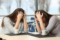 Dos muchachas tristes desesperadas en una barra Fotos de archivo