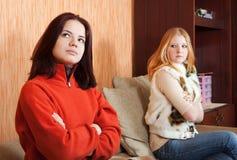 Dos muchachas tristes que tienen pelea Imagen de archivo libre de regalías