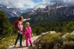 Dos muchachas turísticas en las dolomías Fotos de archivo libres de regalías