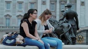 Dos muchachas visitan Londres y gozan del viaje y de visita turística de excursión almacen de video