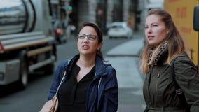 Dos muchachas visitan Londres y gozan del viaje y de visita turística de excursión almacen de metraje de vídeo