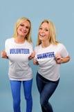 Dos muchachas voluntarias felices Imagen de archivo