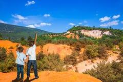 Dos muchachos admiran la naturaleza magnífica fotos de archivo