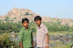 Dos muchachos adolescentes indios que presentan a la cámara en Hampi Foto de archivo libre de regalías