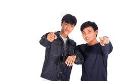 Dos muchachos asiáticos están señalando a la cámara Imagen de archivo libre de regalías