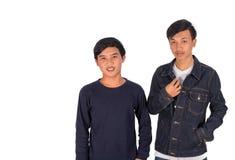 Dos muchachos asiáticos están señalando a la cámara Fotografía de archivo libre de regalías